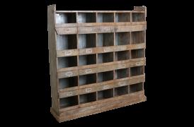 Den gamle købmandsreol fra Unika Collection er fyldt med patina.