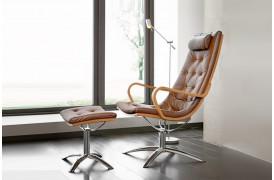 Life er en elegant og letsvævende lænestol designet af Niels Gammelgaard.