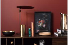 Julius er en bordlampe, hvor lyset kommer nedefra og skaber spændende nuancer opad.