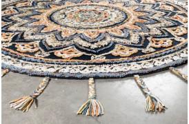 Pix tæppet er et farverigt og rundt tæppe på 170 cm på selve tæppet.
