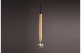 Tan er en lampe på nettet lavet af flettet rattan træ.