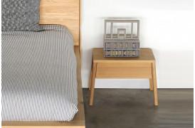 Her er Air Eg - natbordet placeret ved siden af en sengeramme også fra Ethnicraft.