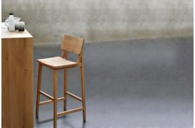Billede af Ethnicrafts barstol med navnet N4 Eg barstol ses her i en bolig.