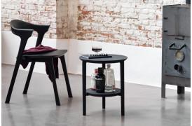 Det stilfulde og elegante Bok Black Eg - sidebord ses her i en boligindretning.
