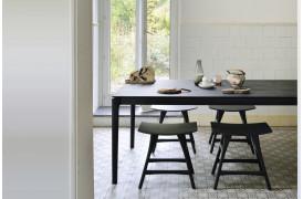 Det stilfulde og elegante Bok Black Eg - spisebord ses her i en boligindretning.