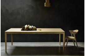 Det elegante Bok Eg - spisebord ses her sammen med Bok Eg - spisebordsstolen.