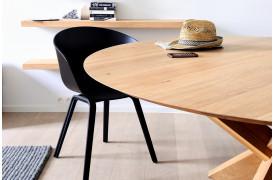 Dette er et billede af Circle Eg spisebordet i træ fra Ethnicraft i en bolig.