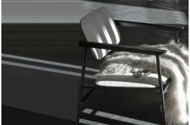 Lounge stol fra Ethnicraft, der kan fås i farven Lysegrå.