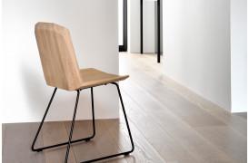 Dette er et Quality living billede af Facette Eg - stolen placeret i en bolig.