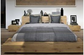 Dette er et billede af Madra Eg natbordet i træ fra Ethnicraft i et soveværelse.