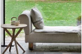Mikado Eg - sidebordet står her placeret i en stue i en indretning.