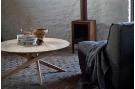 Mikado Eg - sofabordet står her placeret i en stue i en indretning.