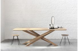 Dette er et billede af Ethnicraft spisebordet Mikado Eg - spisebord i træ.