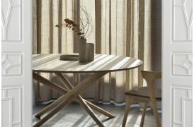 Ethnicraft har her arbejdet med den samme flotte konstruktion og et visuelt lettere design.