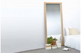 Et af Mirror / Light Frame Eg - spejlene fra Ethnicraft ses her i et soveværelse.