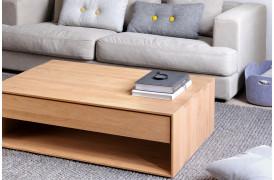 Dette er et billede af Nordic Eg sofabordet i træ fra Ethnicraft i en nordisk boligindretning.