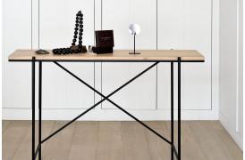 Rise er et interessant ege-konsolbord med et stel i metal.