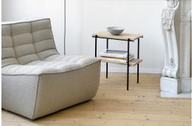 Rise er et interessant ege-sidebord med en hylde under bordpladen.