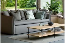 Rise er et interessant ege-sofabord med en hylde under bordpladen.