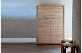 Kombinationen er praktisk opbevaring og rent design går op i en højere enhed med dette skab.