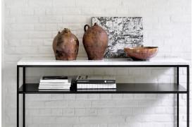 Marmor konsolbord med metalben og metalhylde til opbevaring fra Ethnicraft.