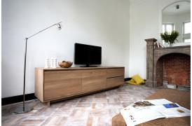 Lad dit næste tv-bord være et tv-bord, som er lavet af træ. Her ses et tv-bord fra Ethnicraft.