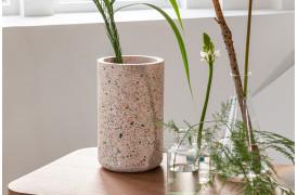 Her ses et billede af Fajen terrazzo vase i pink fra Zuiver.