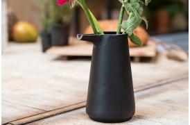 Her ses et billede af Farma kanden i sort fra Zuiver.