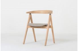 Inspirationen til Ava spisebordsstolen kommer fra formen på en fugl.