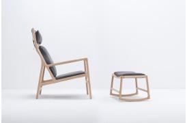Dedo lænestolen ses her med fodskammelen, der kan tilkøbes.