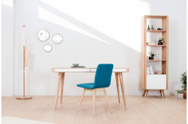 Ena skrivebordet er et elegant bord med to hvidlakerede skuffer.