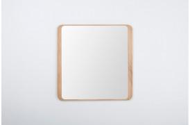 Ena spejlet fra Gazzda ses her over en kommode i en entre.