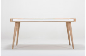 Dette Ena spisebord har to skuffer på hver side af bordet.