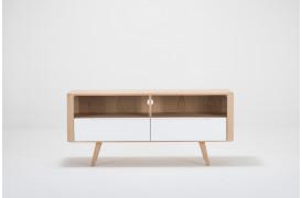 Dette Ena tv-bord har en bredde på 135 cm.