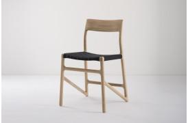 Her ses Fawn spisebordsstolen fra Gazzda med stofsæde i farven Black.