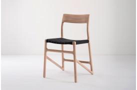 Fawn er en smuk spisebordsstol fra møbelmærket Gazzda.