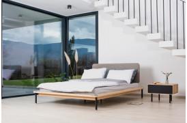 Minimalistisk sengeramme i en nordisk stil med stof eller læder sengegavl.