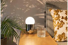 Her ses et billede af Gio bordlampen i krom.