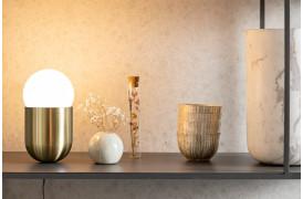 Her ses et billede af Gio bordlampen i messing.