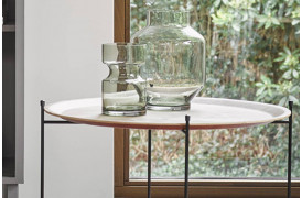 Denne runde vase er fremstillet i en flot grøn farve, og har en unik udformning der vil pryde hjemmet.