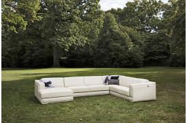 Dette er et billede af Latina l sofaen fra Kelvin Giormani placeret i en have.