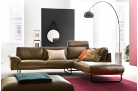 Delano er en elegant lædersofa med brede armlæn på 20 cm fra Indomo.
