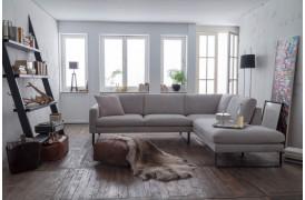 Ricadi er en moderne sofa med komfortable siddehynder i et klassisk design.