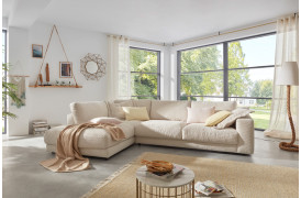 Det bredriflede fløjlstof udstråler en særlig varm og hyggelig charme på Seventies sofaen.
