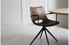 Her ses Joe stolen i farven Light brown med drejestel og med armlæn.