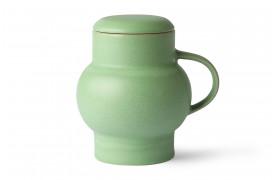 Her ses boble te kruset med sit låg på, i mint grøn fra HKliving.