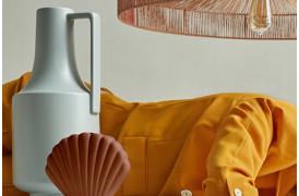 Den bløde mintfarvede farve på denne vase matcher ethvert interiør.