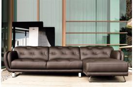 Flot boligindretning med sofaen, der er vendt til højre.