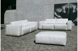 Kelvin Giormani sofamiljø i læder med to sofaer og en puf.