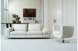 Dese er en lædersofa med bredt armlæn fra Kelvin Giormani, som vil pryde det stilfulde hjem.